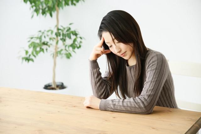 慢性疲労症候群で落ち込む女性