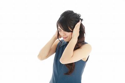 耳鳴りで苦しむ女性